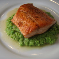 Salmon with peas and lemon