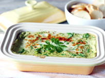 Hot Spinach and Artichoke Dip: Easy Crowd Pleaser